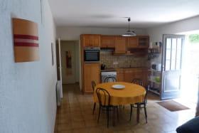 Gîte de Montezain à Marcy-sur-Anse dans le Beaujolais - Rhône : cuisine/séjour.