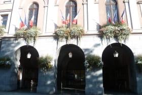 l'office est sous les arcades de la mairie