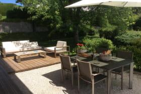 Salon de détente et espace repas extérieur