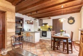 Cuisine ouverte sur séjour et espace repas