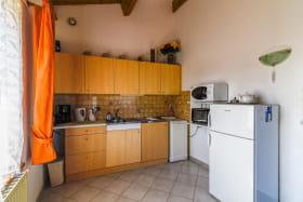Gîte 'Le Grenier des Vignes Rouges' à Brindas (Rhône - Ouest Lyonnais) : pièce de jour, espace cuisine