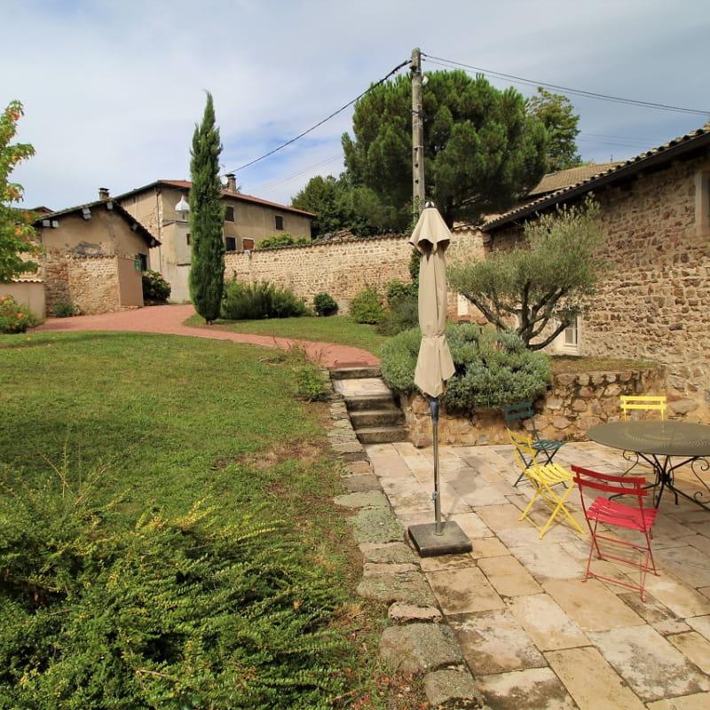 Gîte du Domaine Claire RIVIER à REGNIE DURETTE, dans le Beaujolais - Rhône : la maison et le jardin.