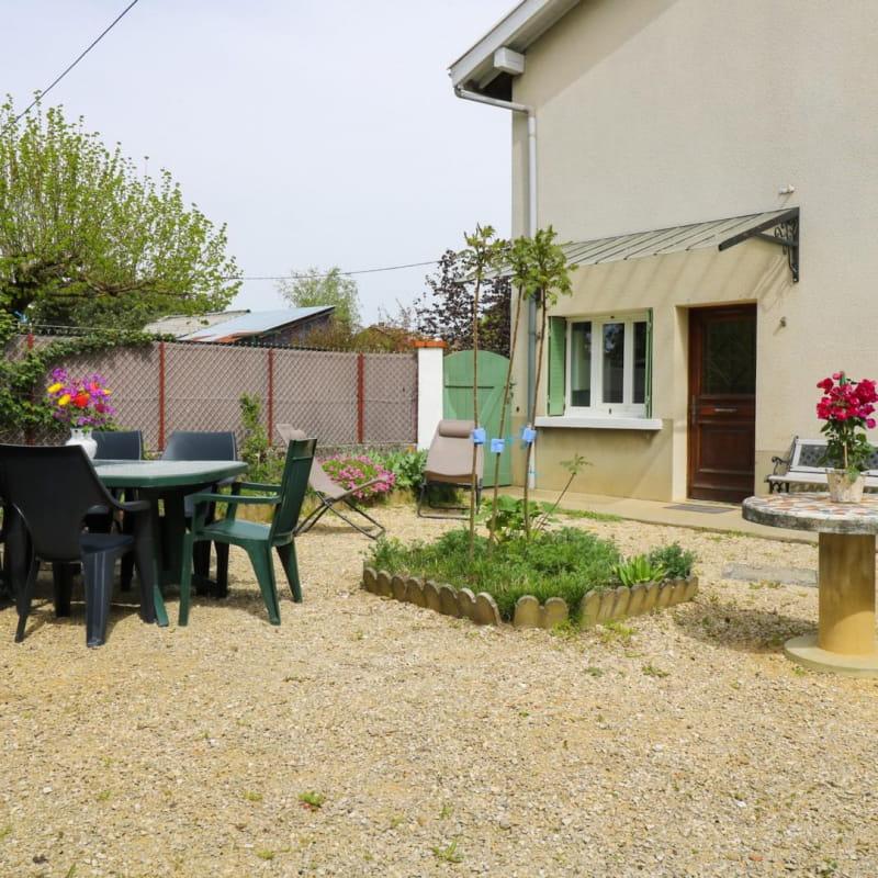 Cour privative avec Barbecue, salon de jardin et transats