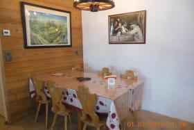 Dans le coin repas une grande table permet d'organiser des tablées conviviales
