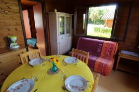 Chalet-gîte N° 6, plan d'eau d'Azole à Propières (Rhône - Beaujolais Vert) : le séjour.