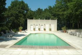 piscine avec cuisine d'été