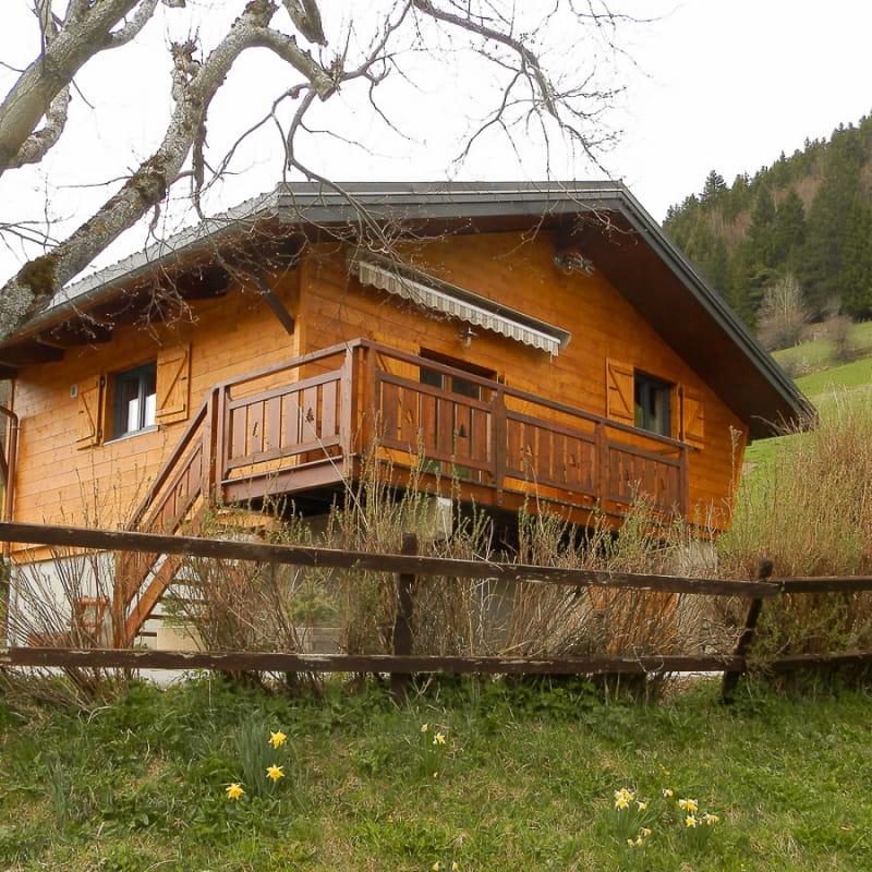 le petit chalet dans la prairie !!! vue du chalet avec sa terrasse orientée sud-est