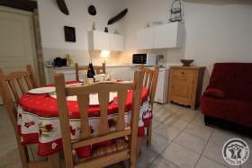 Gîte de L'Écluse à Saint Romain de Popey (Rhône - Monts du Beaujolais) : coin-repas et coin-cuisine.