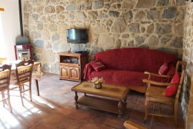 Gîte 'L'Echilette' à Montrottier (Rhône - Monts du Lyonnais) : pièce de jour, espace salon.
