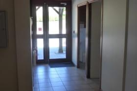 Gîte de groupe et d'étape à Propières (en Haut Beaujolais), dans le Rhône : hall d'entrée au rez-de-chaussée.