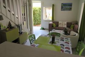 Salon, séjour, vue depuis la cuisine.Sortie sur la terrasse