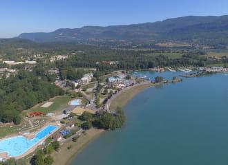 Situé en bord de Rhône, sur le tracé Viarhôna, la base de loisirs de la Vallée Bleue propose une multitude d'activités pour toute la famille.