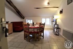 Gîte de L'Écluse à Saint Romain de Popey (Rhône - Monts du Beaujolais) : la pièce à vivre.