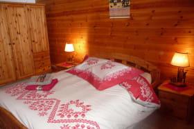idéale en famille, jumelée avec une chambre de deux lits simples.salle de bain et wc indépendant