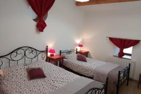 Gîte 'A l'Abade' à Montrottier (Rhône - Monts du Lyonnais) : chambre 3 personnes au 1er étage.