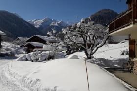 Parking déneigé devant la maison. Grand espace autour de la maison pour jouer dans la neige !