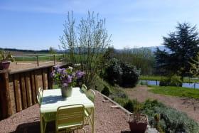 Gîte 'La Glycine' à Meaux la Montagne (Rhône, Beaujolais Vert, près du Lac des Sapins) : la terrasse avec vue dégagée.