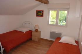 Une chambre avec deux lits simples.