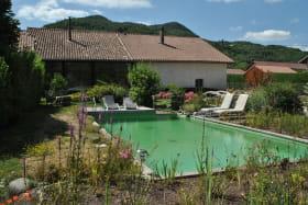 Vue maison et piscine naturelle et ecologique