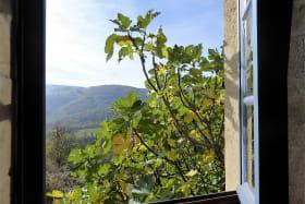 Gîte/maison de vacances 'Les Mûriers de la Rafilière' à Saint-Martin-en-Haut (Rhône-Monts du Lyonnais - Ouest de Lyon) : fenêtre ouverte sur les Monts du Lyonnais.