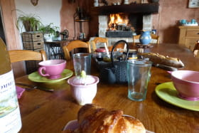 Chambres d'hôtes de la Ferme du Rolland à JULLIE dans le Beaujolais - RHONE : le séjour où sont servis les petits déjeuners.