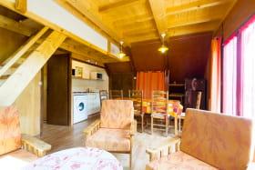 Salon, espace repas & cuisine ouvrant sur la terrasse.