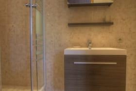 Salle d'eau avec coin lave-linge.