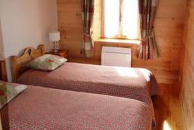 Chambre 1 avec 2 lits séparés. Fenêtre donnant sur la terrasse (pas de vis à vis).