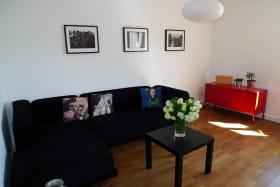 Meublé City Break à Vaulx-en-Velin (Métropole de Lyon) : pièce de jour, espace salon avec canapé convertible.