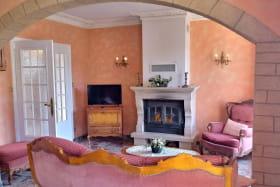 Gîte La Côte du Py à Villié-Morgon (Rhône - Beaujolais) : séjour, espace salon avec sa cheminée.