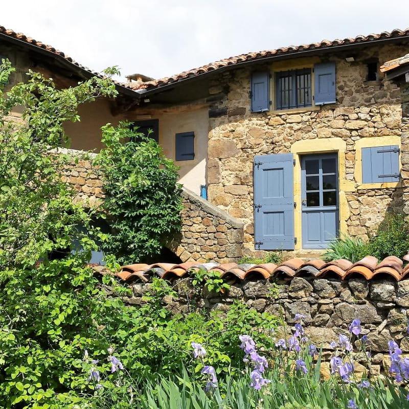 Gîte/maison de vacances 'Les Mûriers de la Rafilière' à Saint-Martin-en-Haut (Rhône-Monts du Lyonnais - Ouest de Lyon): vue sur l'ensemble de la maison depuis le jardin, le gîte occupe toute l'aile gauche.