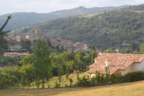 'Le Noyer' avec le village de Désaignes en arrière-plan.