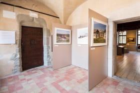 Exposition permanente de découverte du territoire d'Annecy. Ici salle qui clôture le parcours introductif sur les représentations du territoire. Ici des images contemporaires d'Olivier Nord