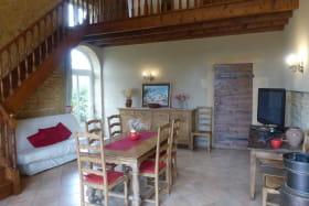 Gîte 'Le Campagnard' à Denicé (Rhône - Beaujolais vignobles) : le séjour et sa mezzanine.
