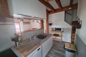 Gîte 'Le Cocon' à Marennes (Sud-Est de Lyon) dans le Rhône : espace cuisine avec vue sur séjour.
