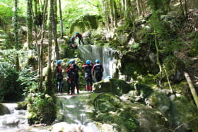 canyoning en groupe d'amis