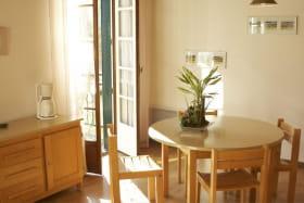l'espace repas de la maisonnette des Campanules à la Chabanne, dans l'Allier en Auvergne