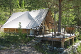 La cabane du trappeur et sa terrasse avec vue panoramique sur la rivière.
