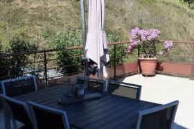 Gîte 'Le Mirador' à Courzieu (Rhône - Lyonnais): la terrasse.