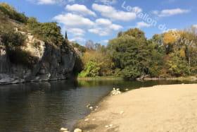 La plage de Pradons au bord de la rivière Ardèche à moins de 350m du Vallon du Savel