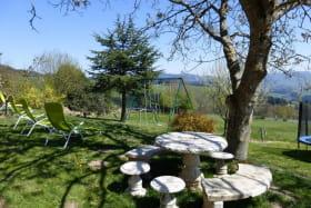 Gîte 'La Glycine' à Meaux la Montagne (Rhône, Beaujolais Vert, près du Lac des Sapins) : le jardin et ses équipements.
