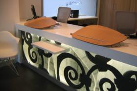 OT Chambéry : détail de la banque d'accueil avec tablette accessible pour les personnes de petite taille ou en fauteuil