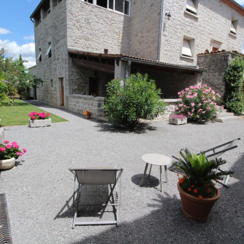 Salon de détente dans le jardin commun