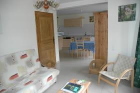 Le salon et la cuisine sont communicants ce qui permet de disposer d'une belle pièce de vie.