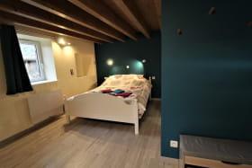 Gîte 'Le Cocon de Mya' à Cenves (Rhône, Haut Beaujolais, limite Bourgogne) : la chambre située au rez-de-chaussée.