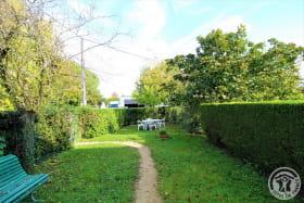 Gîte 'La Grange des Vignes Rouges' à Brindas (Rhône - Ouest Lyonnais) : le jardin privatif au gîte.