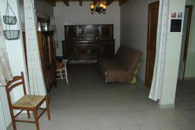 Un espace salon prolonge la pièce principale et peut se transformer en chambre supplémentaire si besoin.
