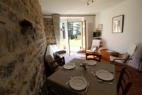 Gîte 'La Voisinée' à Chénelette (Rhône - Monts du Beaujolais) : séjour, espace repas et espace salon.
