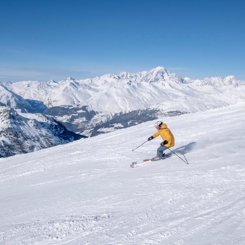 skieur seul sur une piste avec vue sur le mont-blanc