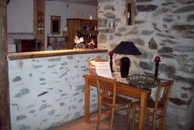 Dans le séjour sur la table le petit déjeuner vous attend (café, thé, chocolat, céréales pour les enfants et confitures)